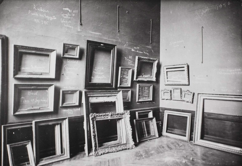 1939, Paris (France). Laure Albin Guillot, %22Le Louvre during war%22